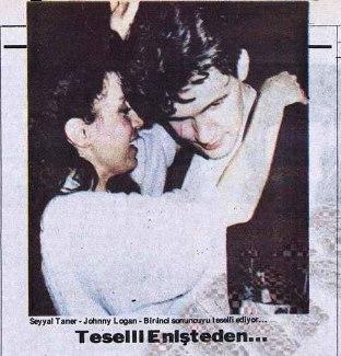 """Eurovision'u iki kez şarkıcı (1980,1987) ve bir kez besteci olarak kazanan (1992) Johnny Logan 1987 yılında Eurovision temsilcimiz Seyyal Taner'e sarılmış. Gazetelerde bu poz """"Enişteden Teselli"""" şeklinde yorumlanmıştı. Johnny Logan'a enişte denmesinin sebebi ise Burçin Orhon (Süheyl Uygur'un eşi) ile yaşadığı aşk. Bu aşk kendisine Hold Me 'yi yazdırdı..."""
